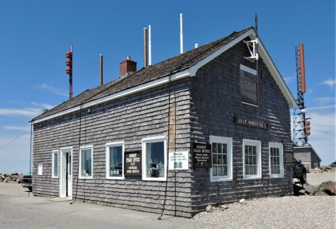 Building on Mt Washington where the highest wind speed witnesses by man was recorded.